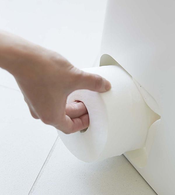 トイレットペーパーを取り出している画像