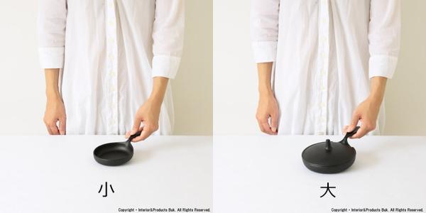 2サイズのミニバンそれぞれにに手を添えている画像