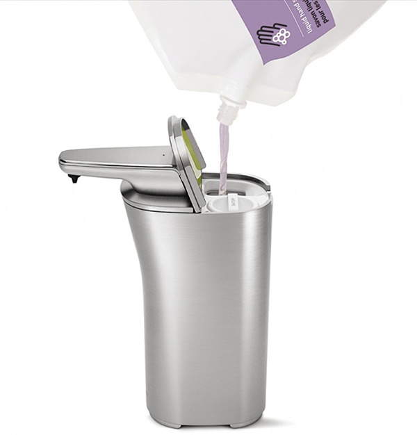 洗剤を上から入れている画像