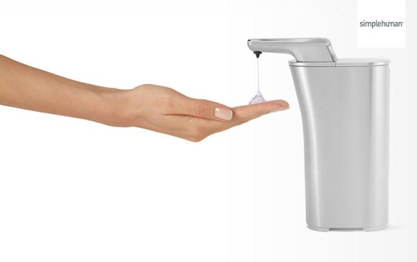 手をかざして洗剤を出している画像