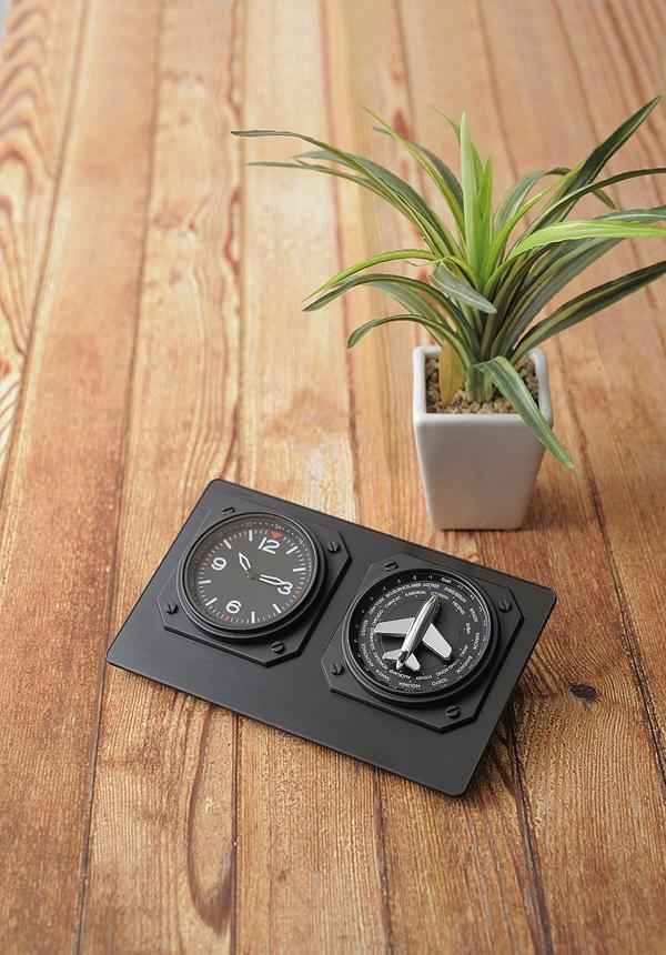 黒のワールドタイムクロックを机の上に置いた画像
