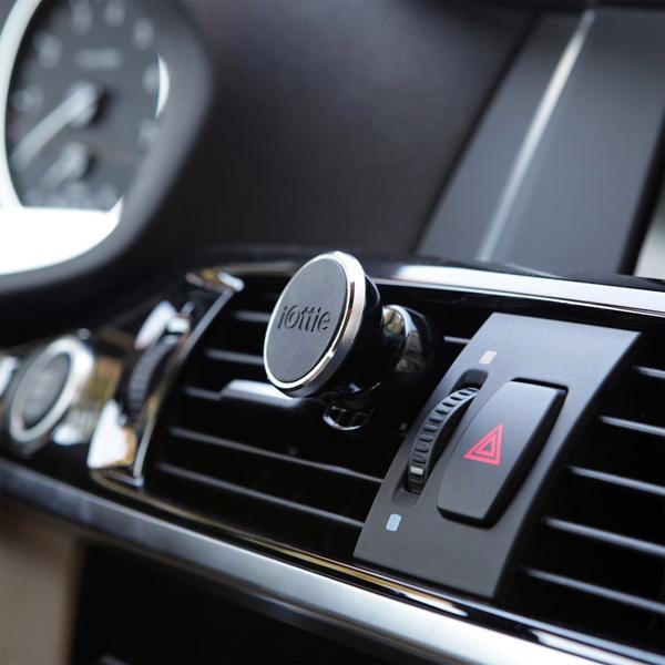 iOttie iTapを車のエアコン吹き出し口に取り付けた画像