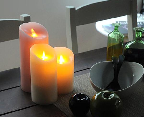 3つの「ルミナラ」をテーブルの上で点灯している画像