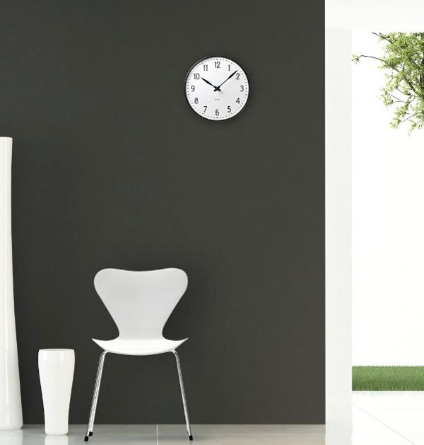 時計をグレーの壁にかけた画像