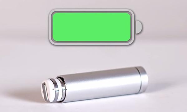充電ケースに入れてdotを充電している画像