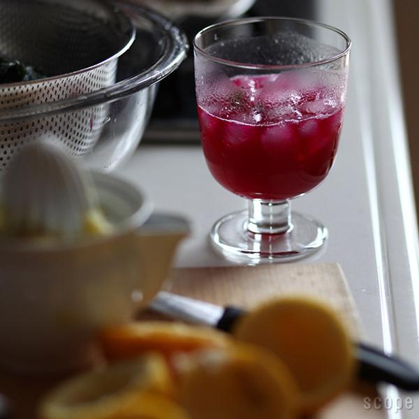 グラスにジュースが入っている画像