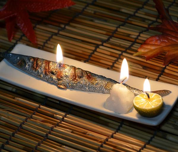 サンマキャンドルに火を灯している画像