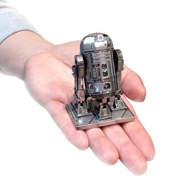 R2D2を手の平に乗せている画像