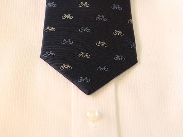 西陣製自転車ネクタイをシャツに合わせた画像