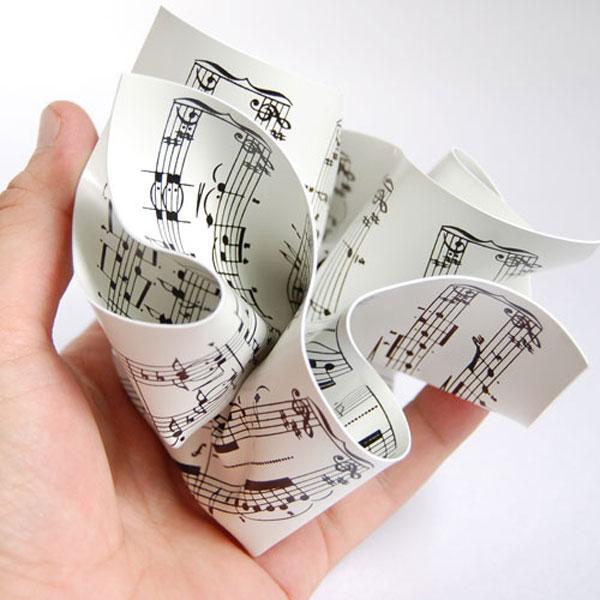 MoMA Paper Weightを手の平に乗せている画像
