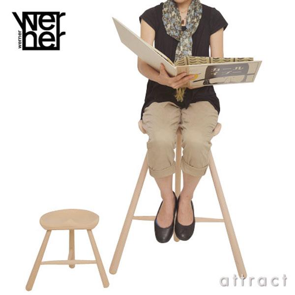 シューメーカーチェアに女性が座っている画像