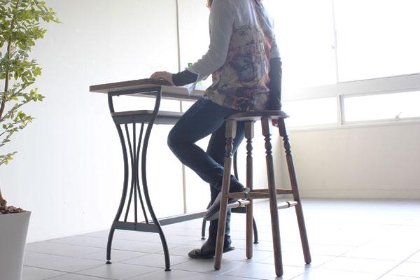 スツールを椅子として使っている画像