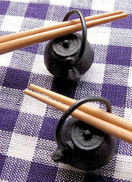 鉄瓶箸置きをテーブルクロスの上に置いた画像