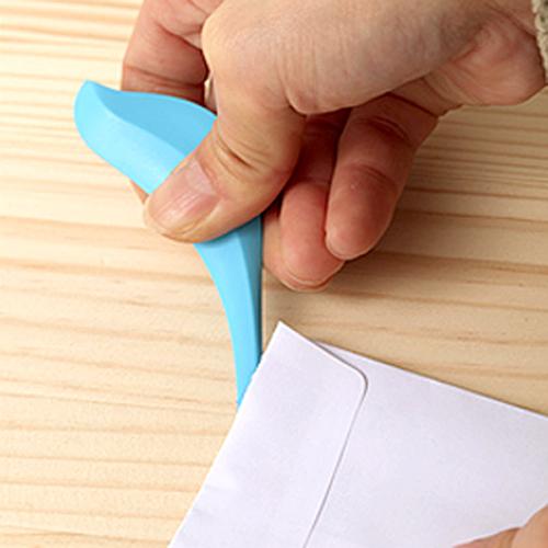 バーディー ペーパーナイフで封筒を開けている画像