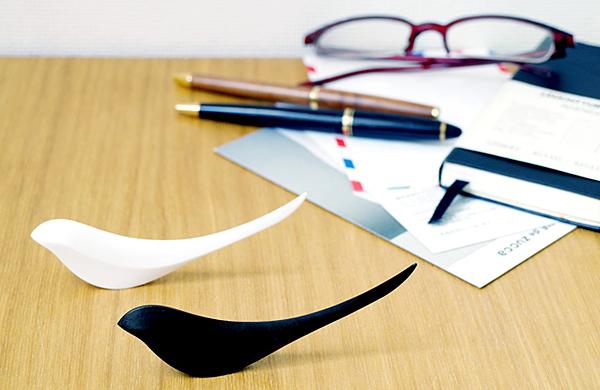 バーディー ペーパーナイフをデスクの上に置いた画像