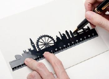 スカイラインルーラーの街並みを鉛筆でなぞっている画像