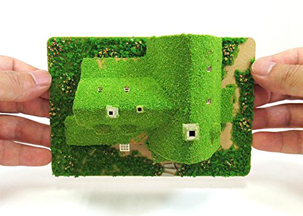 ペーパークラフトを手に持っている画像
